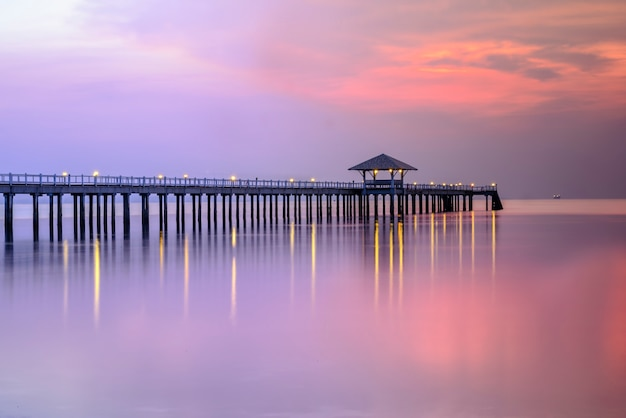 タイの日没間の木製の桟橋