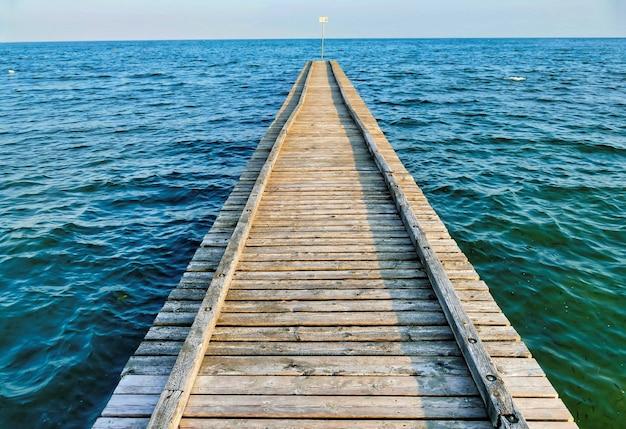 海の青緑色の水の木製の桟橋
