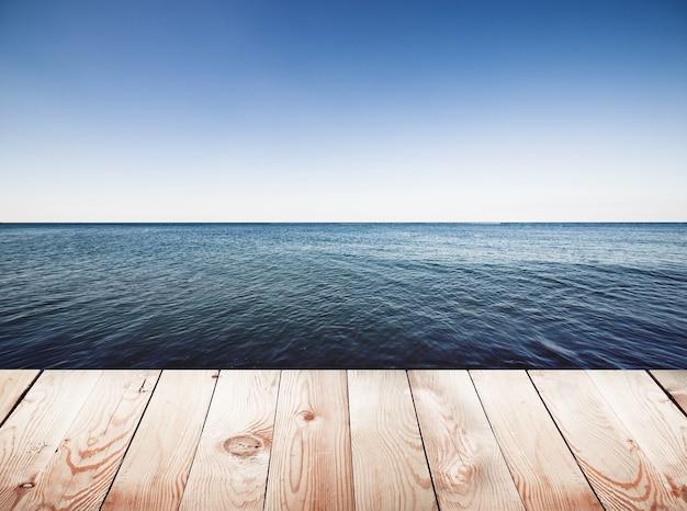 푸른 바다와 하늘 표면에 목재 부두