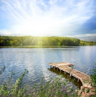 Деревянный пирс на озере