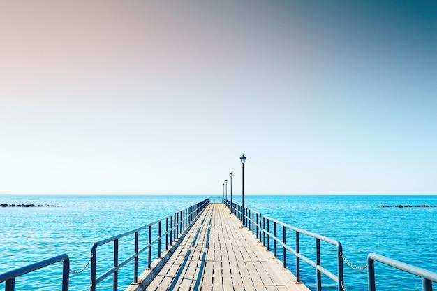 키프로스 리마솔 해변의 목조 부두
