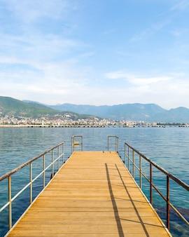 トルコ、地中海の地平線に伸びる木製の桟橋