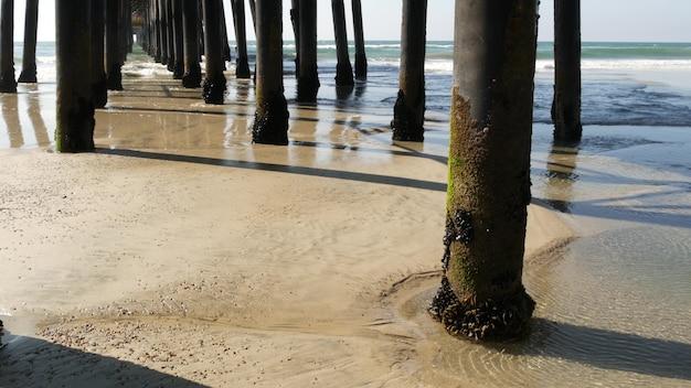 나무 더미 부두, 캘리포니아 해안 미국입니다. 말뚝, 철탑 또는 교량 기둥. 파도, 해변