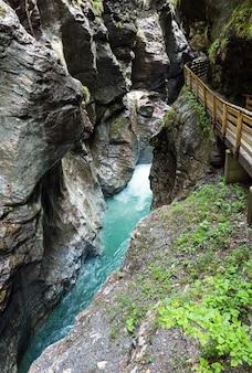 Деревянные мостки над летним ущельем и ручьем лихтенштейнкламм в австрии.