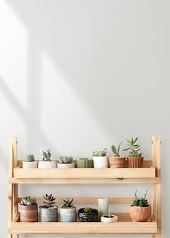 Scaffale per piante in legno contro un muro bianco