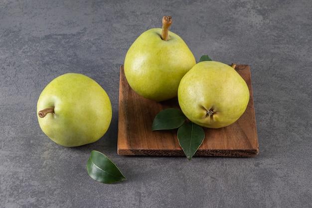 石の表面に熟した健康な梨の木のプレート