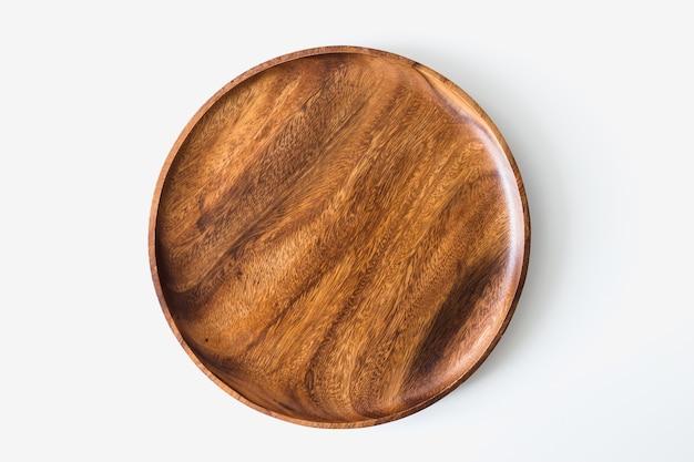 白い背景の上の木製プレート上面図