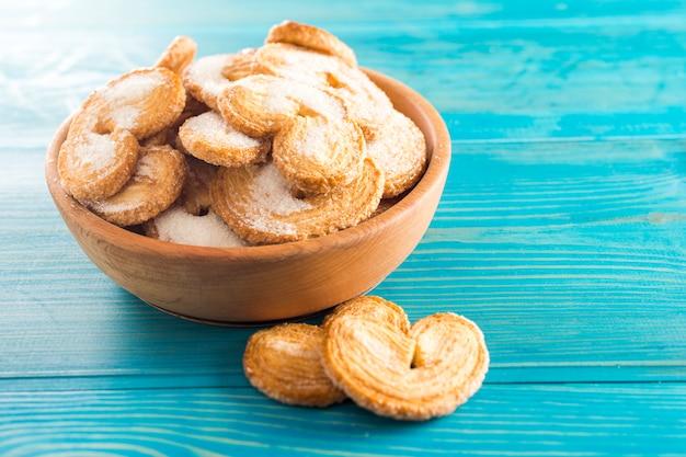 テーブルの上のクッキーと木の板