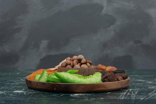 大理石の壁にドライフルーツと木の板