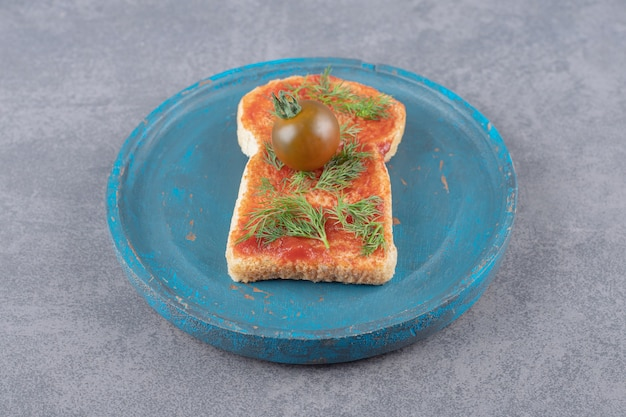 A wooden plate with toast on a marble background.