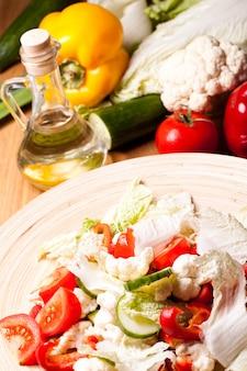 Piatto di legno con insalata di verdure