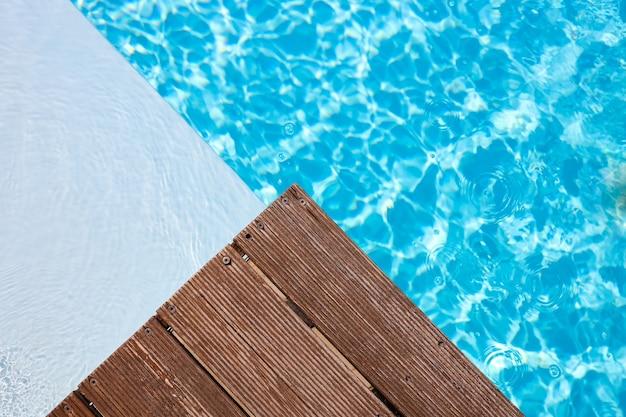 Деревянная платформа на фоне бассейна