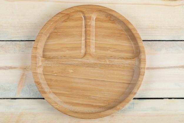Un piatto di legno con tre pezzi dentro