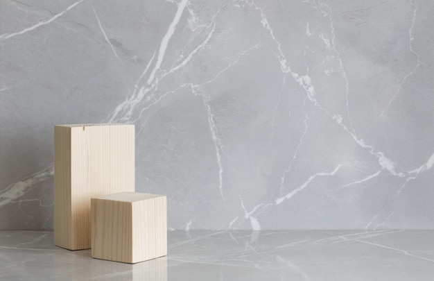 Деревянный подиум на сером мраморном фоне
