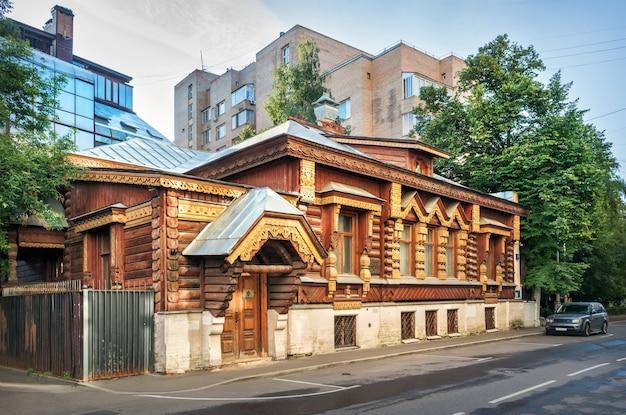 Деревянный «дом пороховщикова» в русском стиле в переулке на арбате в москве.