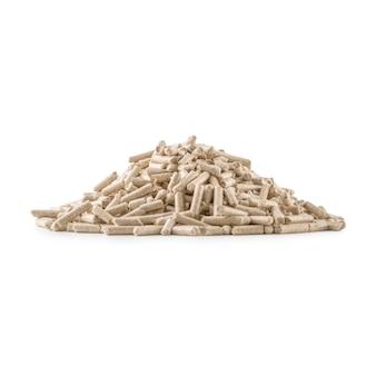 Деревянные прессованные гранулы из биомассы на белом изолированном фоне.
