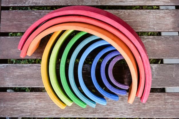 子供の学習のための多くの色と木製の虹のおもちゃ