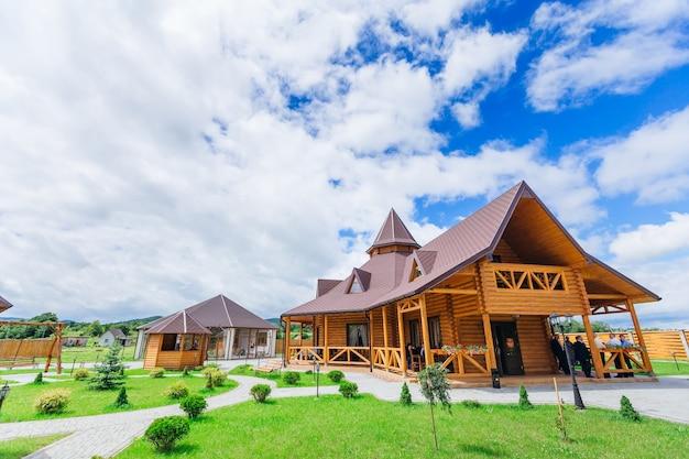 Деревянный ресторан с красивой архитектурой. много беседок и ландшафтный дизайн.
