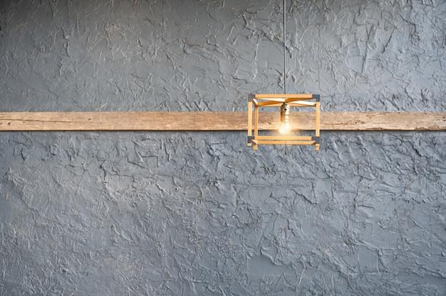 木製のレトロなランプ照明がぶら下がって輝き、セメントロフトスタイル