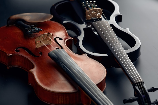 Деревянная ретро скрипка и современный электрический альт, вид крупным планом, никто