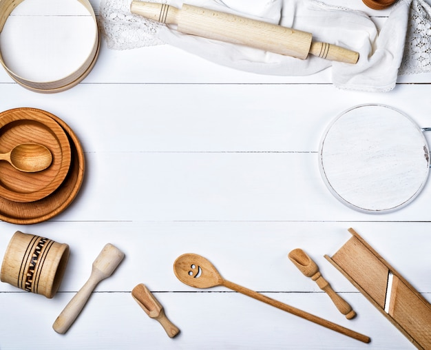 Wooden round plates, sieve and rolling pin, round cutting board and other kitchen items
