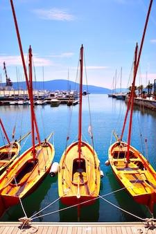 Деревянные парусные лодки на причале