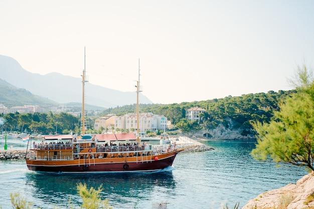 マカルスカ クロアチアの町で観光客と木製の帆船
