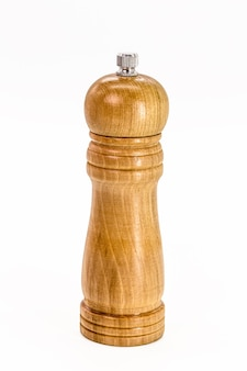 木製の塩コショウ挽き器、孤立した白い背景の素朴な台所用品。