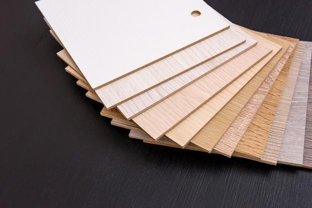 行の木製サンプラーが背景としてクローズアップ