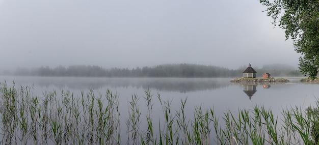 호수 gaxsjon, 스웨덴에 이른 아침에 안개 속에서 나무 사우나