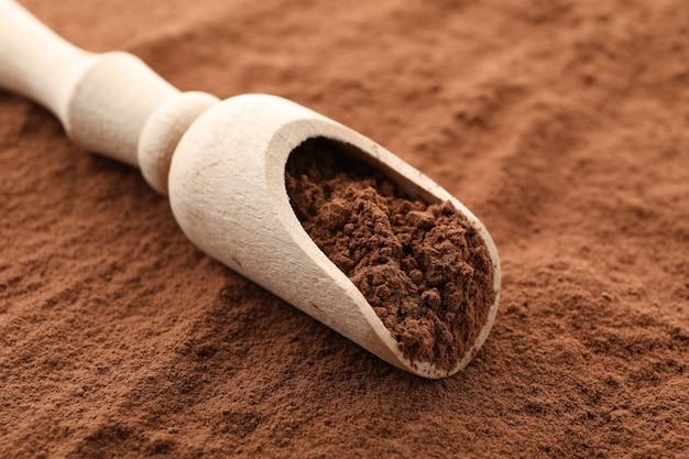 Деревянный ковш и какао-порошок, крупным планом
