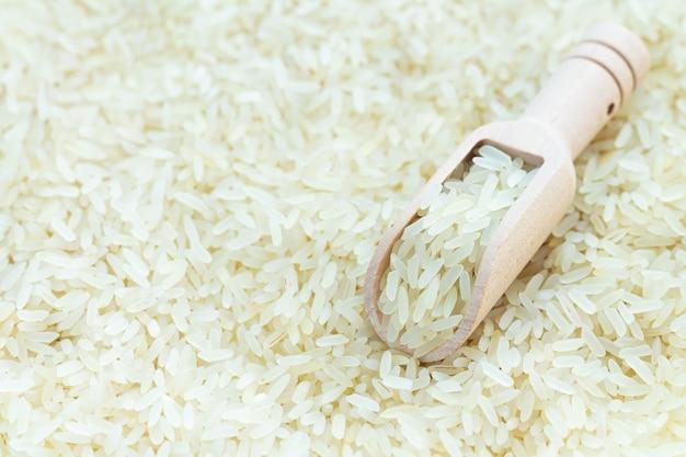 생 흰 유기농 쌀의 나무 국자