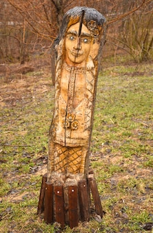 공원에 있는 여자 얼굴 모양의 나무 조각, 갈색 나무 조각