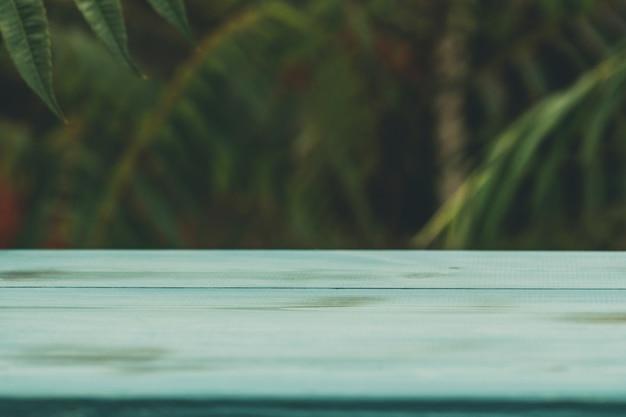 自然を背景にした木製のサービングトレイ。緑の木製トレイ。緑の木のテーブル木製の背景