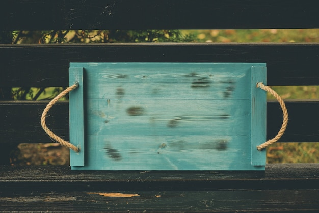 自然の中で木製のサービングトレイ。緑の木製トレイ。緑の木製テーブル