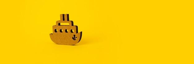 Деревянный корабль над концепцией желтого, путешествия или летнего отдыха