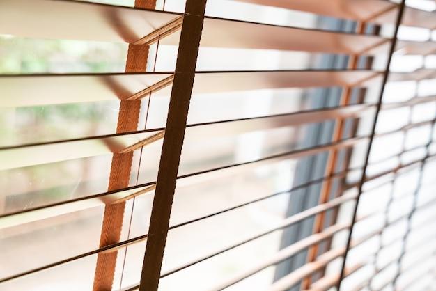 リビングルームの窓に木製のシャッター