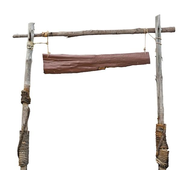 白い背景にロープでぶら下がっている木製看板