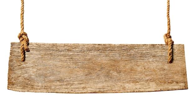 木製の看板がロープからぶら下がっています。