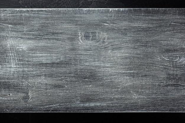 Деревянная вывеска на черной текстуре