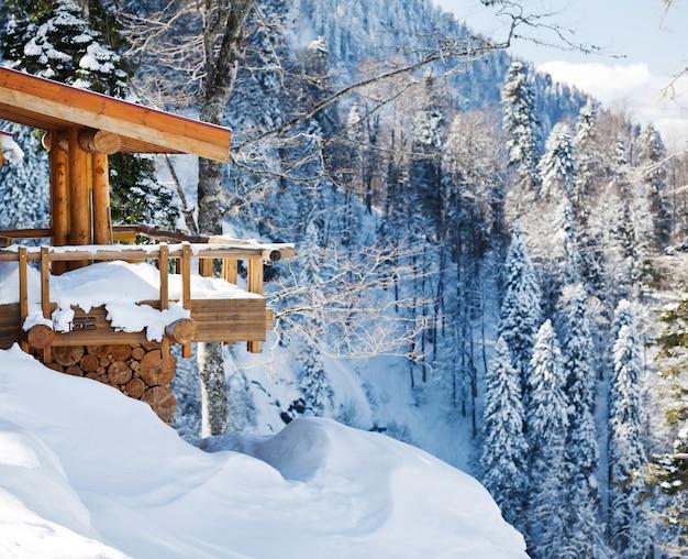 雪の中で木製のスキーシャレー、マウンテンビュー