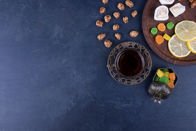 マーマレードとお茶1杯の木製スナック盛り合わせ