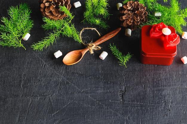 Деревянная ложка и фон сосны рождественский фон концепции