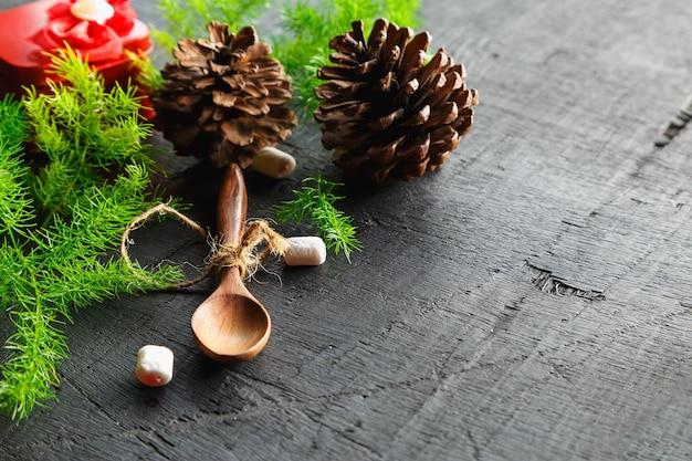 木のスプーンと松の木の背景クリスマスの背景の概念