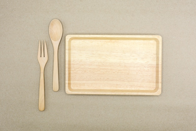 나무로되는 숟가락, 포크와 갈색 종이-접시 접시