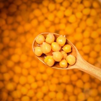ひよこ豆の煮物と木のスプーン