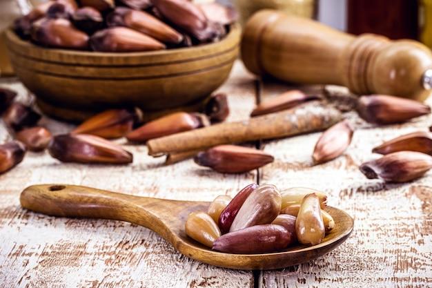 Деревянная ложка с вареными кедровыми орехами, традиционным ингредиентом бразильской кухни