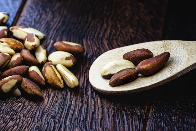 Деревянная ложка с бразильскими орехами, бразильскими орехами, используемыми в кулинарии