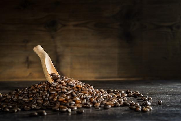 Cucchiaio di legno con chicchi di caffè