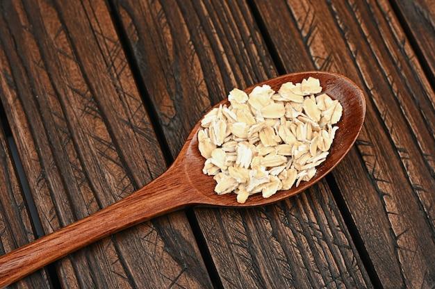 木の板にオート麦フレークと木のスプーン。
